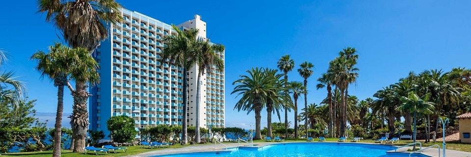 Отель с бассейном и пальмами
