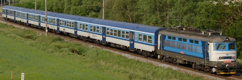 Поезд из локомотива и четырех вагонов