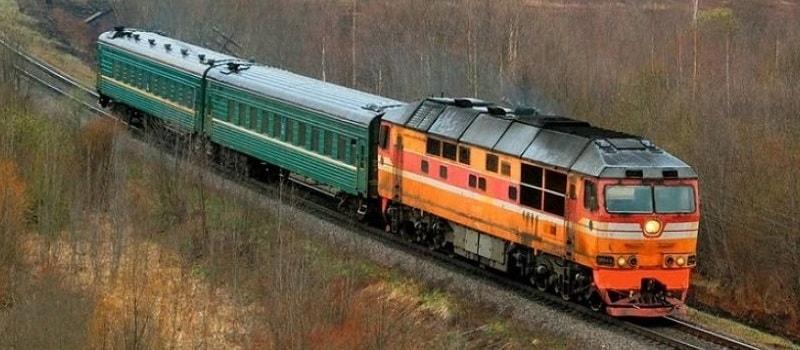 Пригородный поезд на дизельной тяге